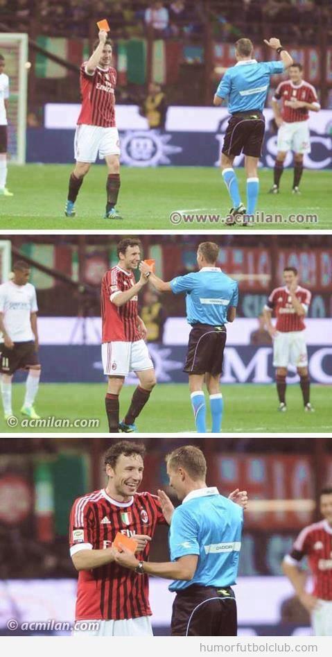 Imagenes graciosas de Van Bommel sacándole una tarjeta roja al árbitro