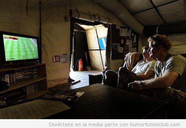 Príncipe Harry de Inglaterra juega a FIFA13 en el ejército en Afganistan