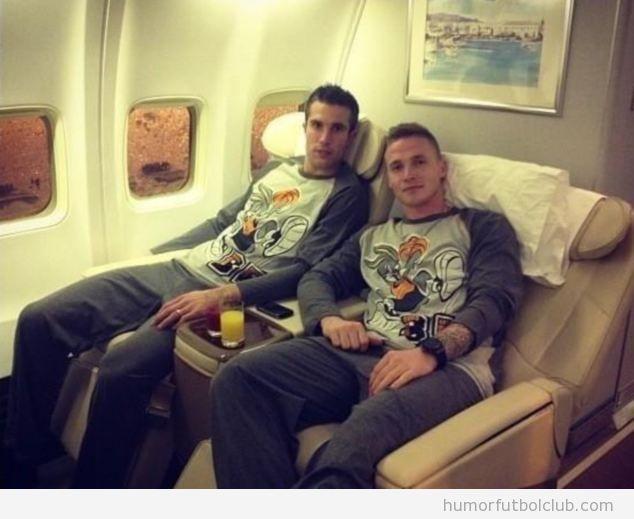 Van Persie y Buttner pijama de Bugs Bunny en el avión