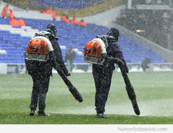 Foto graciosa de Csazafantasmas limpiando el campo del Tottenham de nieve