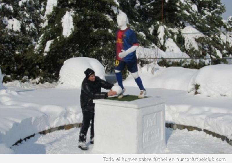 Aficionado culé de Croacia construye un muñeco de nieve de Messi