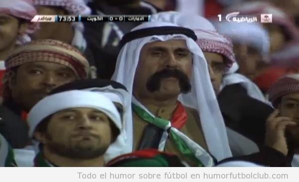 Aficionado de UAE vs Kuwait con un gran bigote
