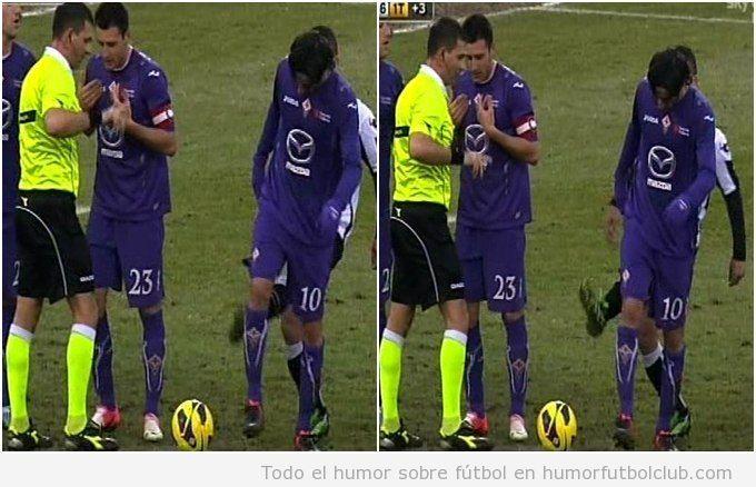 Imagen graciosa de Antonio di Natale, del Udinese, dando patada delante del árbitro