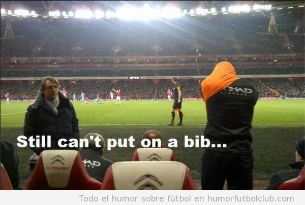 Foto graciosa de un fiail  de Balotelli al ponerse el peto