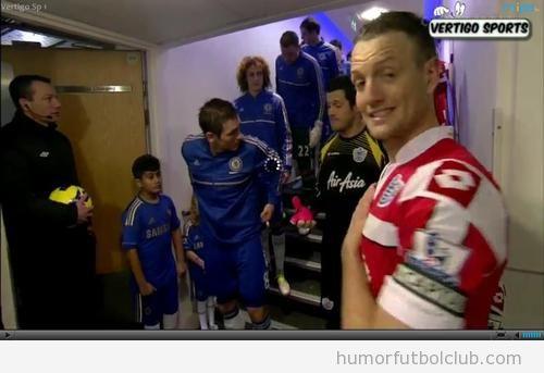 Clint Hill, capitán del QPR, hace de jodefotos a un cámara de tv en Stamford Bridge