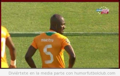 Didier Zakora lleva maestro escrito en su camiseta en el Costa Marfil vs Togo