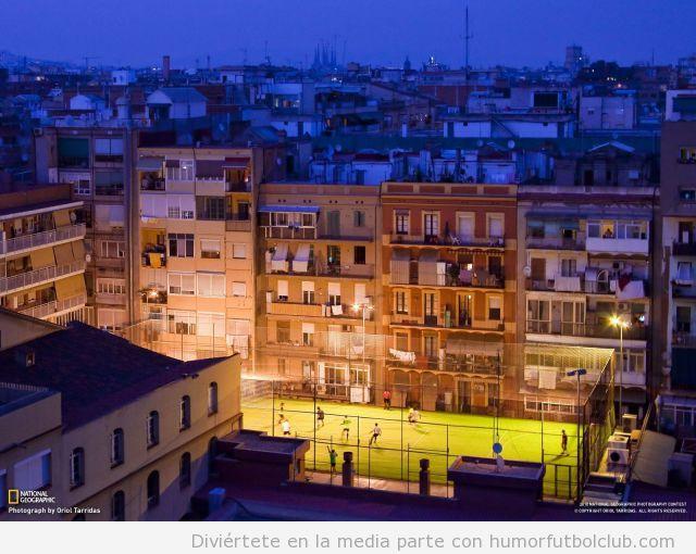 Imagen de National Geographic de un campo de fútbol césped artificial en medio de un barrio