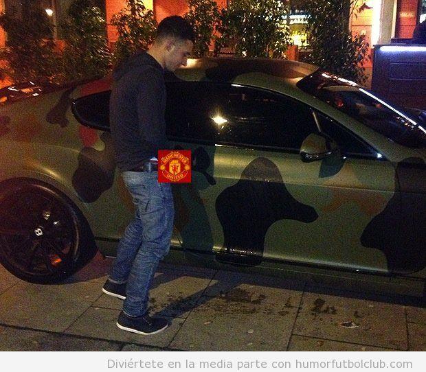 Imagen divertida de un aficionado del Manchester United orinando en el coche de Balotelli