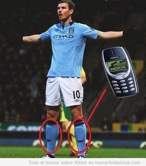 Foto graciosa futbolista con Nokia 3310 en las espinilleras