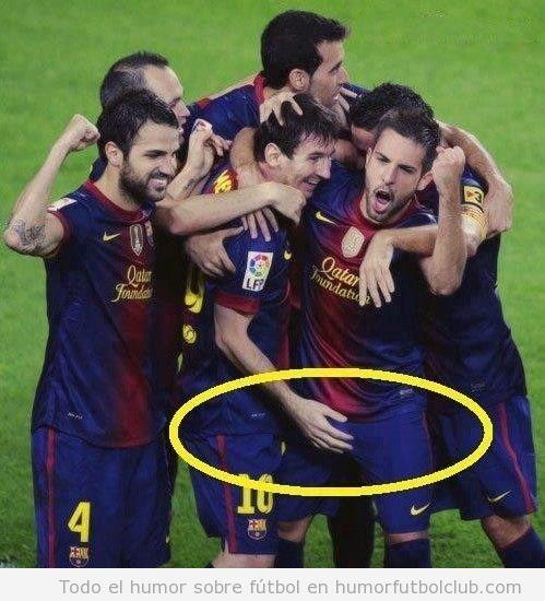 Imagen graciosa de la mano de Messi en partes intimas de Jordi Alba