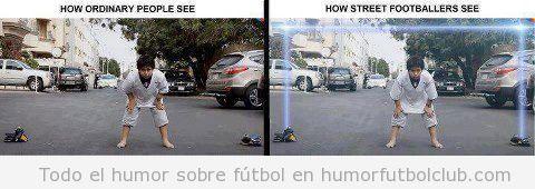 Imagen divertida de niños jugando a fútbol en la calle, dos chaquetas como portería