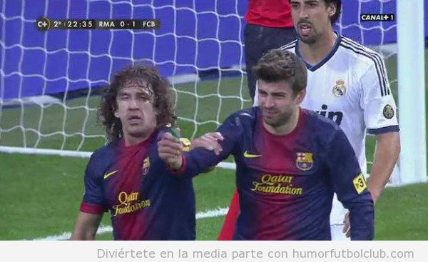 Imagen de Puyol diciendo a Piqué que no muestre el mechero al árbitrop en Real Madrid Barça Copa del Rey