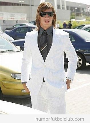 Imagen de Sergio Ramos de joven con traje blanco choni