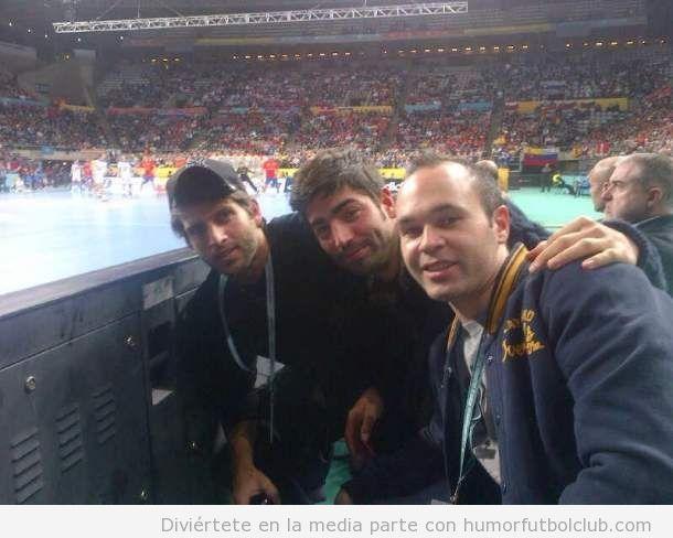 Iniesta viendo la final mundial balonmano España Dinamarca