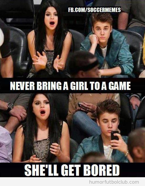 Meme divertido de Justin Bieber aburrido viendo un partido de basket y su novia se divierte