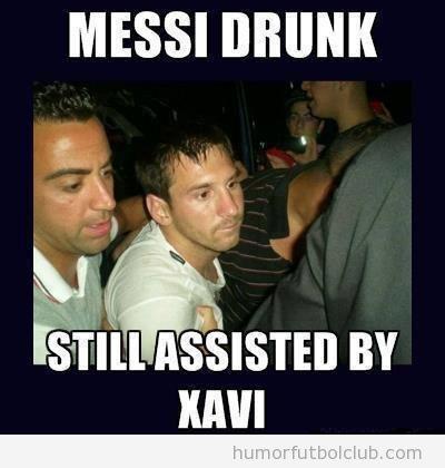 Foto graciosa de Messi borracho asistido por Xavi