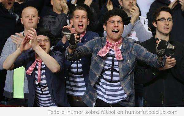 Foto graciosa de aficionados del Newcastle disfrazados de franceses