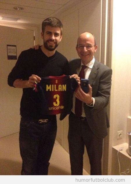 Piqué posa con una pequeña camiseta del Barça con el número 3 y el nombre de su hijo Milan