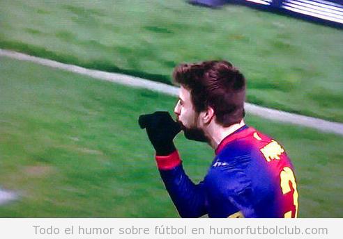 Foto de Piqué dedicando su gol a su hijo Milan