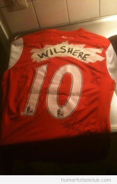Foto divertida de una camiseta del Arsenal con el número 10, Van Persie tachado