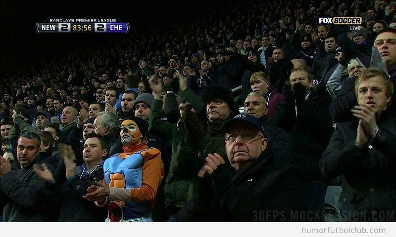 Fan del  Newcastle con disfraz de Thundercats ante el Chelsea