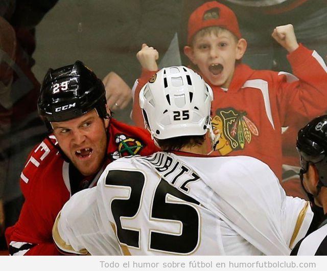 Imagen graciosa de un niño aficionado al hockey hielo