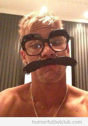 Foto graciosa de Neymar con gafas y bigote Carnaval