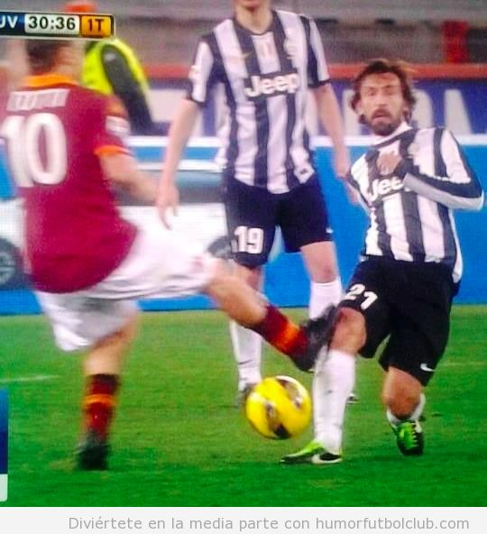 Imagen de cerca de la patada de Totti a Pirlo