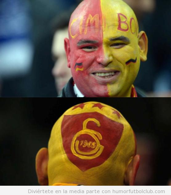Aficionado calvo del Galatasaray con la cara pintada vs Schalke