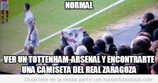 Aficionado con la camiseta del Zaragoza en el Arsenal Tottenham