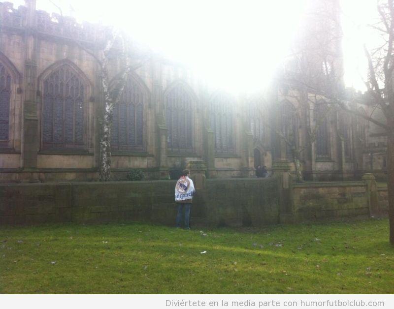 Aficionado del Madrid meando en una catedral de Manchester