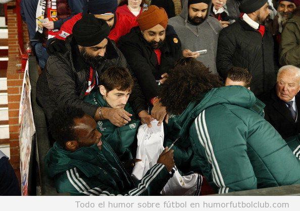 Foto divertida de Iker Casillas triste porque los aficionados piden autografos a Marcelo