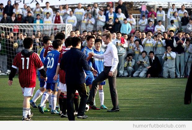 Beckham jugando a fútbol en China con traje