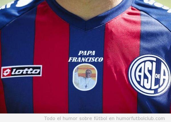 Camiseta de San Lorenzo con imagen Papa Francisco en el pecho