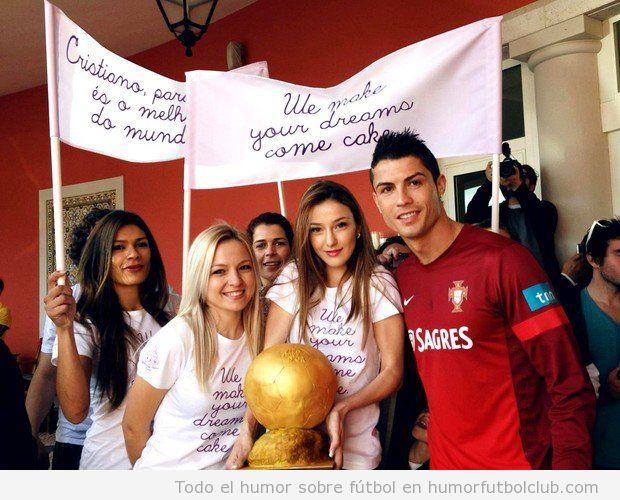 Cristiano Ronaldo con un balón de oro hecho de pastel