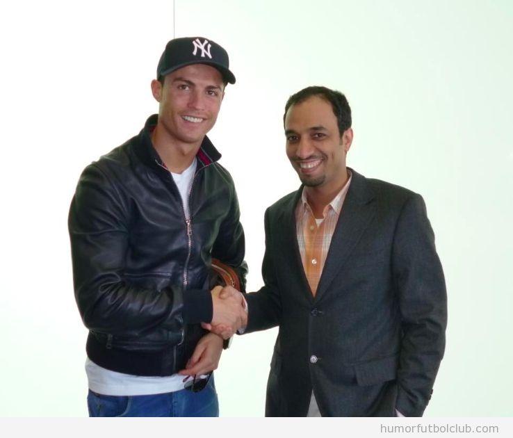 Cristiano Ronaldo da la mano a un hombre árabe tras haber firmado contrato publicidad