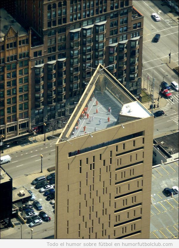 Foto curiosa de edificio triangular con pista de fútbol y basket en la azotea
