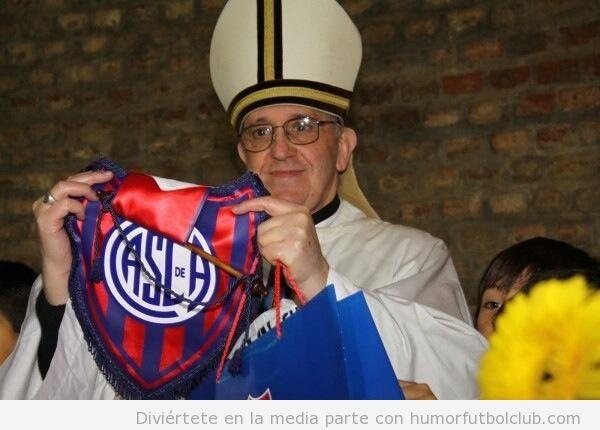 Foto del Papa Francisco con un banderin del San Lorenzo