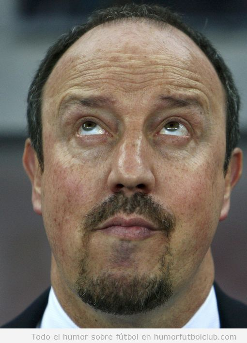 Foto graciosa de la cara de Rafa Benitez tras la derrota del Chelsea ante el Steaua
