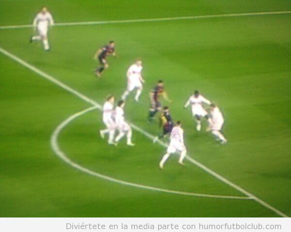 Messi es rodeado por cinco defensas del Ac Milan y mete gol