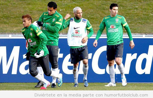 Imagen de un entreno de Brasil, Neymar pelirrojo y Alves rubio