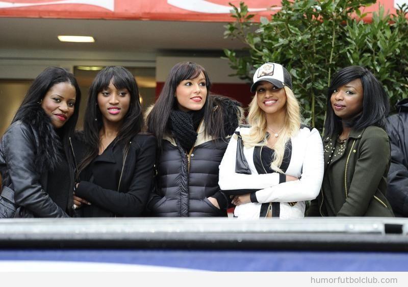 La novia de Balotelli y sus amigas posando en San Siro