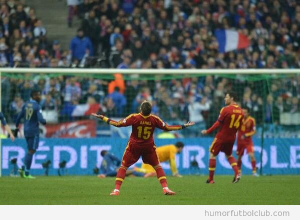 Sergio Ramos celebrando el gol de Pedro ante Fracia
