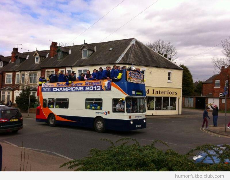 Foto graciosa, celebración del ascenso del Mansfield sin aficionados