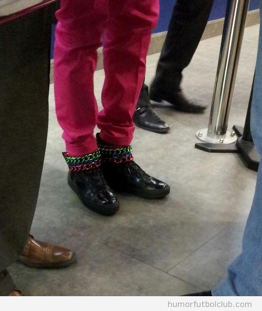 Alex Song, look moderno y hipster, pantalones rosas