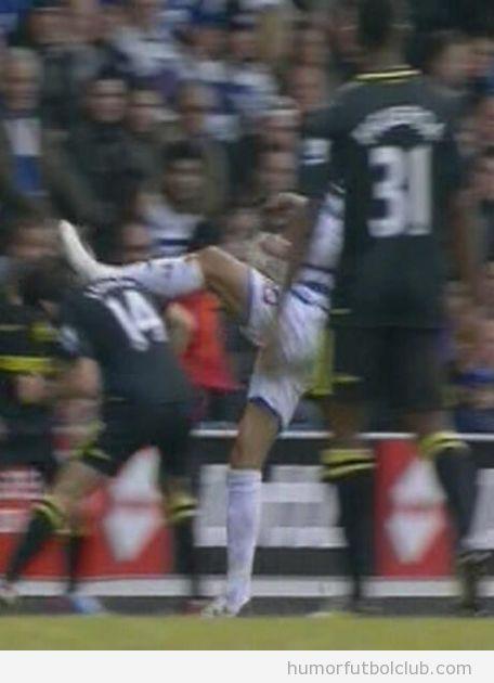 Bobby Zamora dando una patada en la cabeza a Jordi Gómez