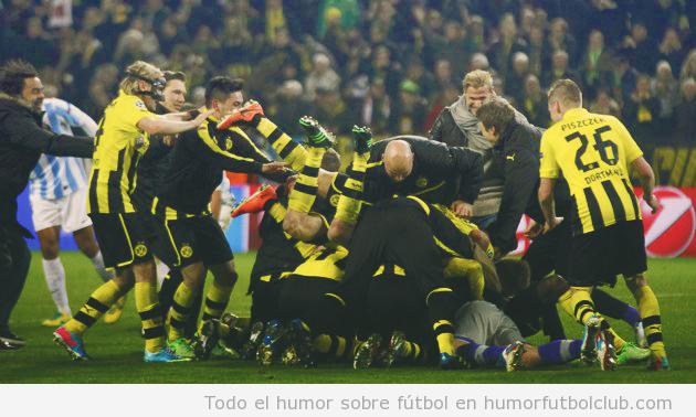 Celebración en piña de los jugadfor4es del BVB ante Málaga en Champions