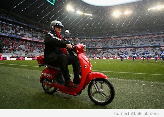 Uli Hoeness, presidente del Bayern d eMunich, en moto en el césped del estadio