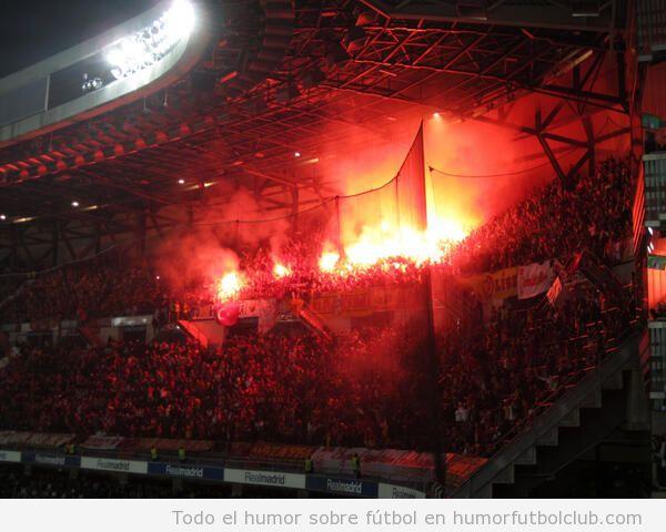 Foto de la afición del Galatasaray en el Bernabeu con bengalas