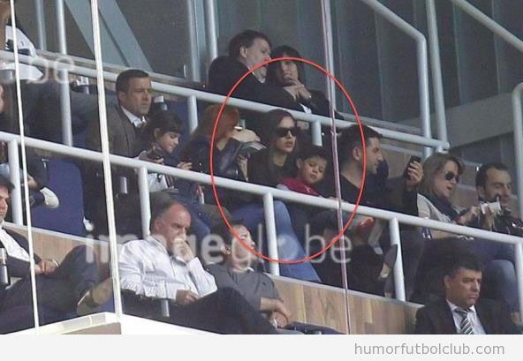 Irina Shayk, novia de Cristiano Ronaldo, cuida de su hijo en el Bernabeu